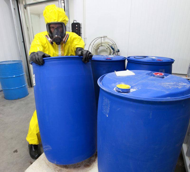 Quando o serviço de limpeza é realizado em tanques, em alguns casos, pode ser detectada a presença de material radioativo NORM/TENORM.